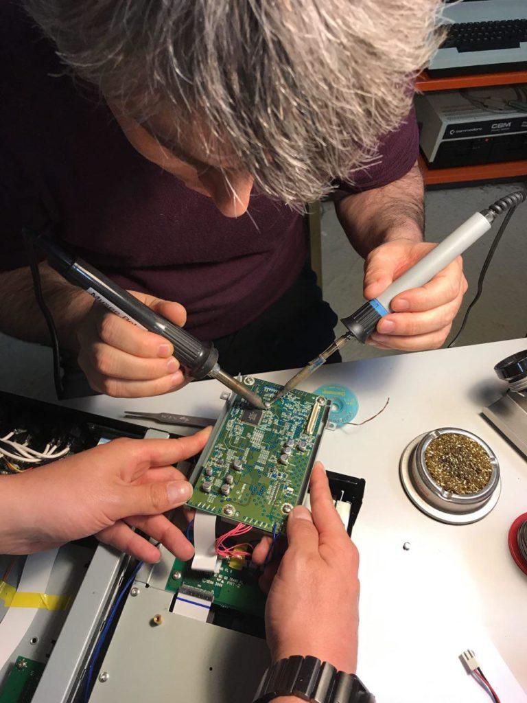 Les bénévoles du Musée Bolo en train de remplacer la capacité fautive