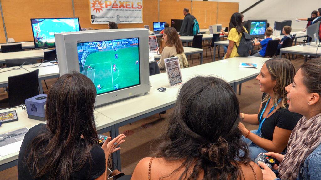 Quatre visiteurs jouent à Mario Smash Football (2005) sur GameCube durant la Nuit des Musées 2019 au Musée Bolo