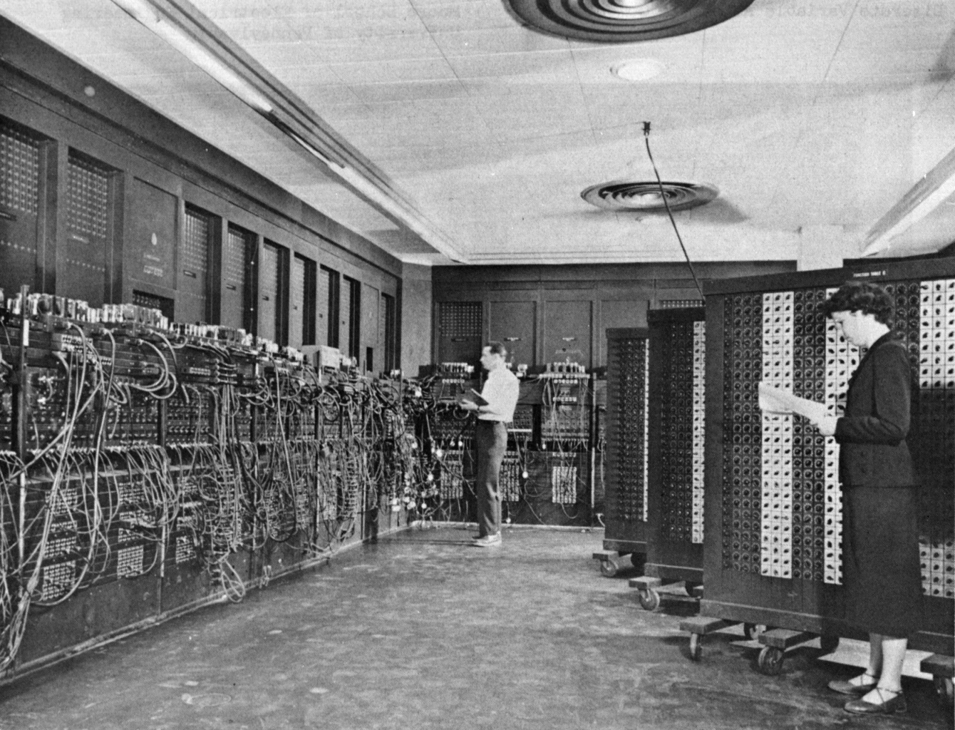 Glen Beck et Betty Snyder en train de programmer l'ENIAC (Electronic Numerical Integrator And Computer) à Philadelphie (USA) (photo prise entre 1947 et 1955, Wikipedia ENIAC).