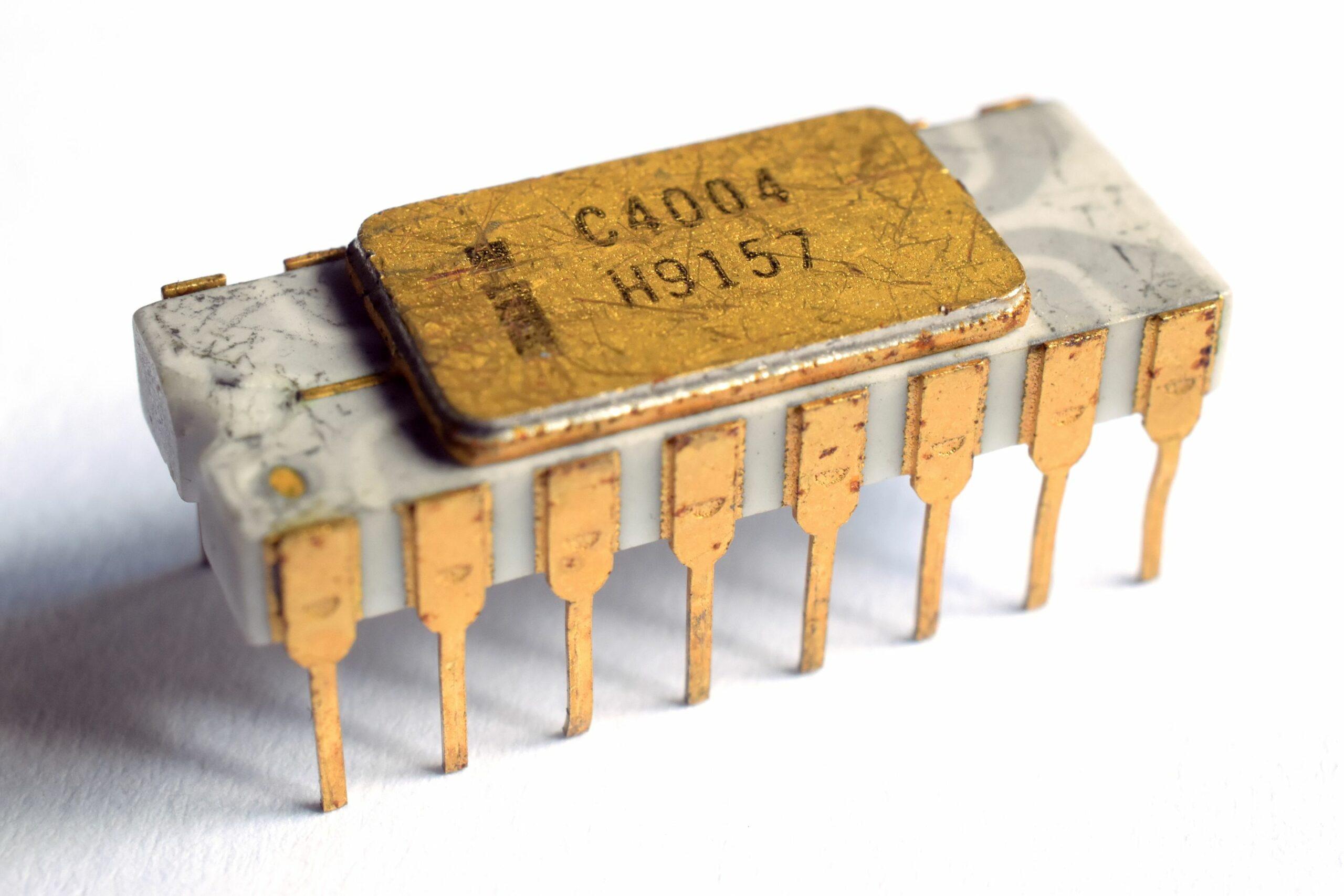 Un microprocesseur Intel 4004 dans son boîtier broché en céramique. Source: Thomas Nguyen Wikipedia Intel 4004