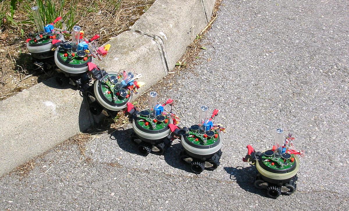 Robot mobile S-bot montant une marche dans la configuration Swarmbot | Source: Francesco Mondada, Michael Bonani (Wikipedia S-bot mobile robot)